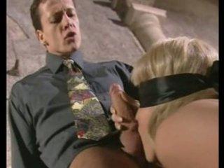 alla mignotta piace il sesso bendato